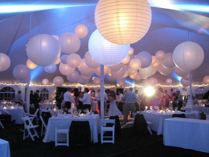 hvite papirlanterner med lys bryllup utendørs