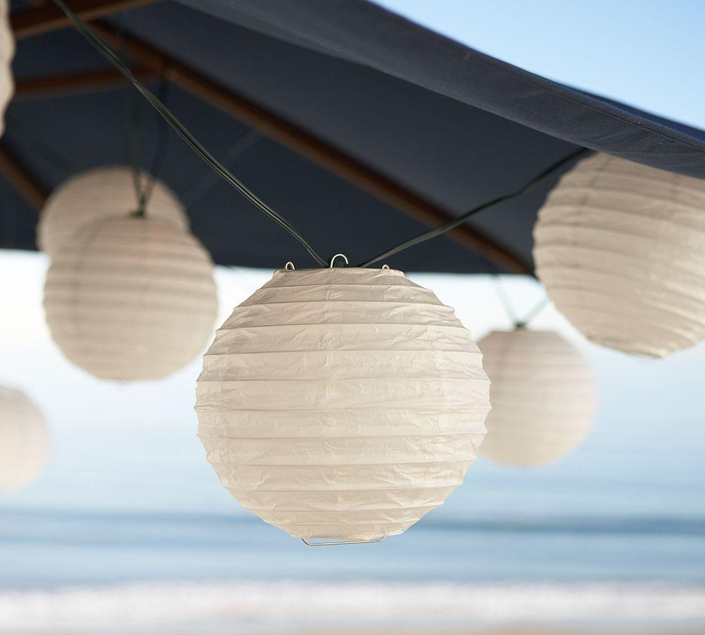 lanterner under parasoll med elektrisk lys