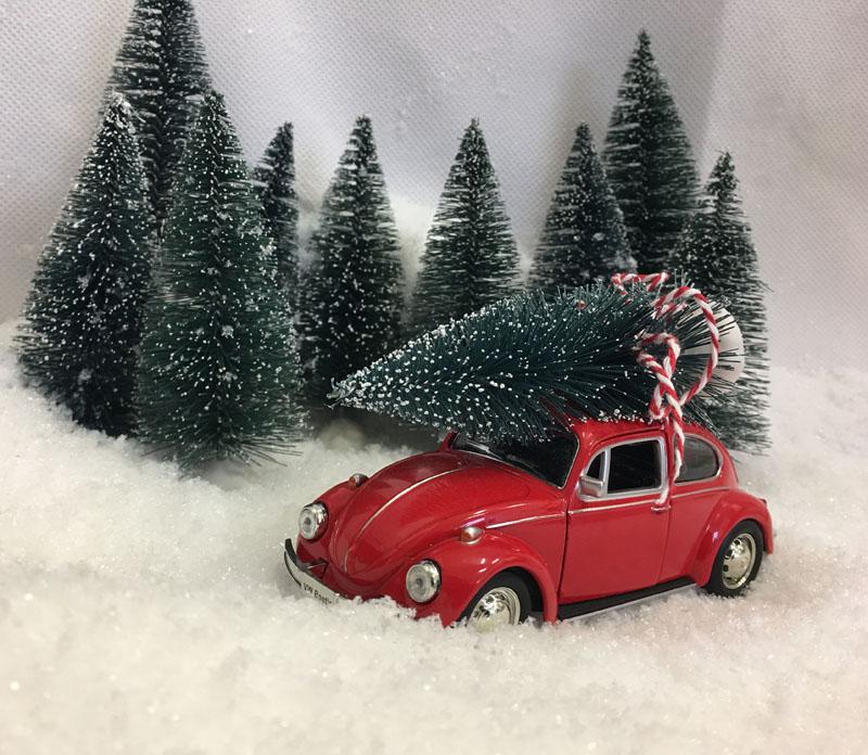 Julebil VW Boble rød i snøen