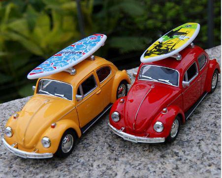 VW Boble gul og rød med surfebrett