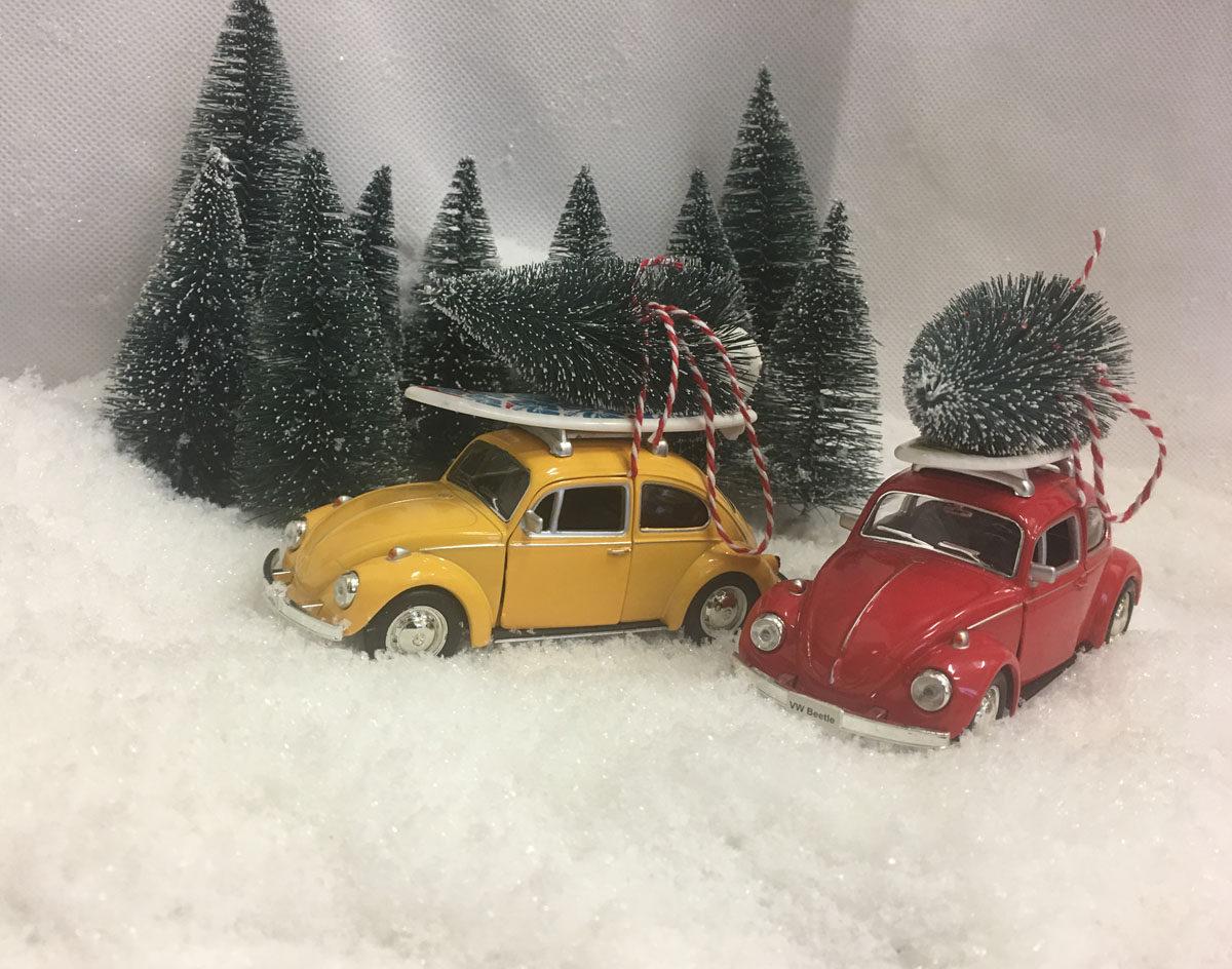 VW Bobler gul og rød med surfbrett og juletre
